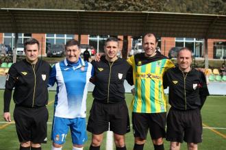 Foto dels capitans en el partit dels veterans contra l'Espanyol. L'històric Marañon per part de l'Espanyol i Pere Viñas del Begues, amb el trio arbitral
